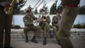 """נגנים צה""""ליים מתכוננים להופעתם בטקס לרגל יום העצמאות ה-67 של מדינת ישראל. ירושלים, 22.4.15 (צילום: הדס פרוש)"""