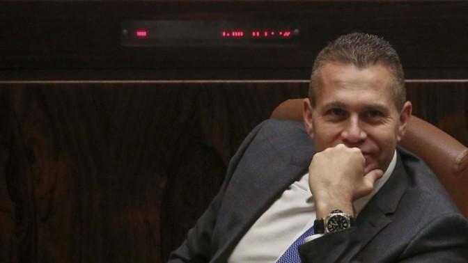 השר גלעד ארדן בעת ההצבעה בכנסת על הרחבת הממשלה, 13.5.15 (צילום: הדס פרוש)