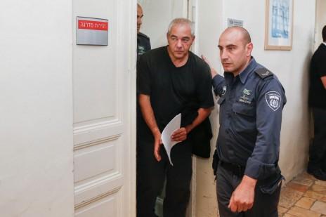 רונאל פישר מובא לבית-המשפט, 11.5.15 (צילום: יונתן זינדל)