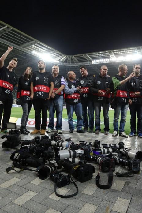 מחאת צלמי ספורט נגד האלימות נגדם מצד המאבטחים במגרשים, אצטדיון חיפה, 2.5.15 (צילום: ערן לוף)