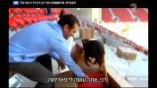 דני קושמרו מתקין כסא באיצטדיון החדש ביחד עם אלונה ברקת, מתוך הכתבה