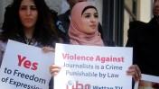 עיתונאים פלסטינים מפגינים מול משרדי שר הפנים של הרשות הפלסטינית ברמאללה במחאה על אלימות משטרתית נגדם, 25.8.13 (צילום: עיסאם רימאווי)