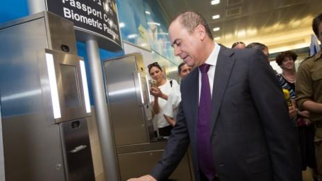 שר הפנים סילבן שלום בעמדת הדרכונים הביומטריים בנמל התעופה בן-גוריון, 20.5.15 (צילום: מרים אלסטר)