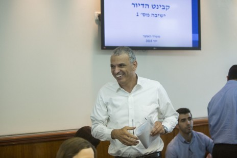 משה כחלון בישיבה הראשונה של קבינט הדיור בראשותו. ירושלים, אתמול (צילום: יונתן זינדל)