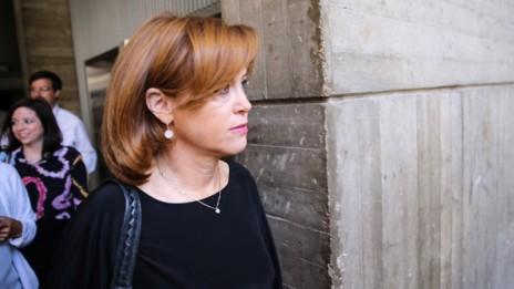 """מנכ""""לית בנק לאומי, רקפת רוסק-עמינח, מגיעה לדיון בבית-המשפט בבקשתה לצו הרחקה נגד עו""""ד ברק כהן ובאים-לבנקאים, 18.6.15 (צילום: פלאש 90)"""