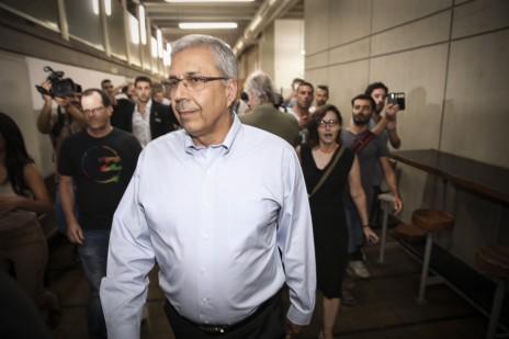 """מנכ""""ל בנק הפועלים, ציון קינן, בדרכו לדיון בבית-משפט השלום בתל-אביב, 23.6.15 (צילום: פלאש 90)"""