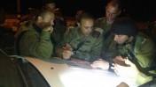 """חיילי צה""""ל בזירת הפיגוע אתמול ליד שבות-רחל (צילום: דובר צה""""ל)"""