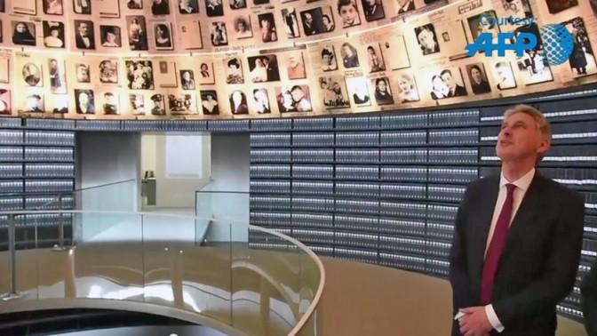 שר החוץ הבריטי פיליפ המונד בביקור ביד-ושם בירושלים, 16.7.15 (צילום מסך: AFP)