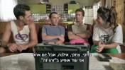 """דניאל אסייג, המגלם את אביו שלום אסייג (שני משמאל) ועופר שכטר המגלם את """"גידי הפריזר"""" (שני מימין), מתוך הסדרה """"שנות ה-80"""" (צילום מסך)"""