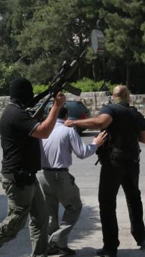 """חמושים תומכי פת""""ח עוצרים עיתונאים תומכי חמאס בשכם, 2007 (צילום: ווגדי אשטייה)"""