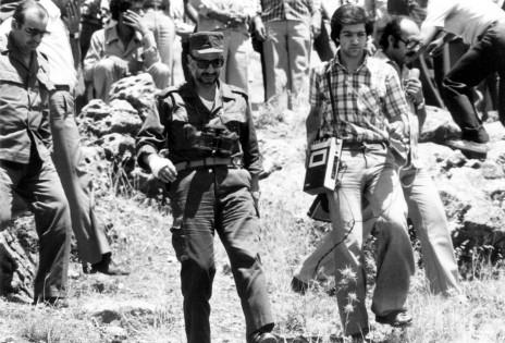 יאסר ערפאת ועיתונאי, דרום לבנון, 1978 (צילום: הרשות הפלסטינית, עבד רחים אל-כתיב)