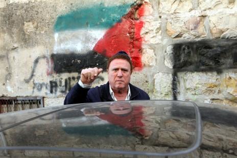 יהורם גאון במהלך ביקור בשכונת מאה-שערים בירושלים. 2011 (צילום: יוסי זמיר)