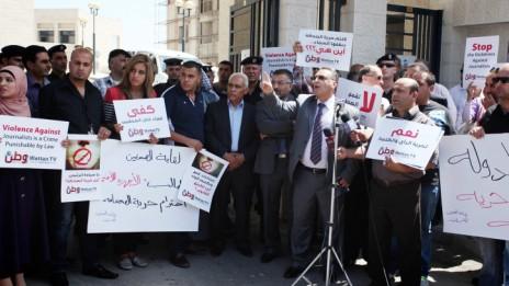 עיתונאים פלסטינים מפגינים נגד משרד הפנים ברמאללה במחאה על תקיפת עיתונאים על-ידי כוחות הביטחון של הרשות, 2013 (צילום: עסאם רמאווי)