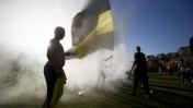 """אוהדים של בית""""ר ירושלים אחרי שפרצו למגרש האימונים של הקבוצה, 30.6.14 (צילום: יונתן זינדל)"""