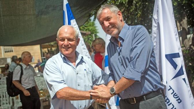 שר הרווחה הנכנס חיים כץ (משמאל) עם שר הרווחה היוצא מאיר כהן, בטקס חילופי שרים במשרד, 25.5.15 (צילום: מרים אלסטר)