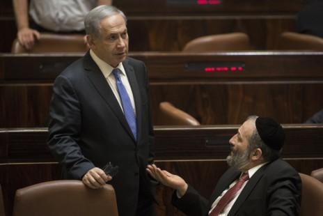ראש הממשלה בנימין נתניהו עם שר הכלכלה אריה דרעי. מליאת הכנסת, 29.6.15 (צילום: הדס פרוש)