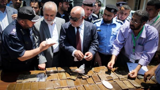 אנשי ביטחון פלסטינים בוחנים סמים שהוחרמו ברצועת עזה (צילום: אעד טאיה)
