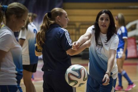 שרת התרבות והספורט, מירי רגב, משחקת כדורגל. ירושלים, 30.6.15 (צילום: הדס פרוש)