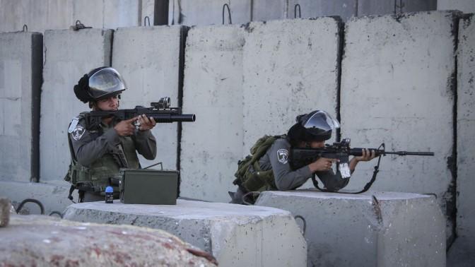 """שוטרי מג""""ב בזירת נסיון הפיגוע סמוך למחסום קלנדיה, אתמול (צילום: פלאש 90)"""