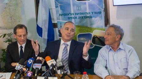 השר יובל שטייניץ (במרכז) והפרופסורים איתן ששינסקי ויוג'ין קנדל במסיבת העיתונאים שבה הוצג הסכם הפשרה בין ישראל ליזמי הגז (צילום: יונתן זינדל)