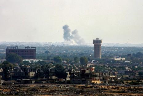 עשן מיתמר משטח מצרים אתמול, בתצלום שצולם סמוך לגבול עם רצועת עזה (צילום: עבד רחים חטיב)