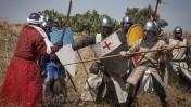 לוחמים צלבנים נלחמים בלוחם מוסלמי, בשחזור של קרב משנת 1187. צפון הארץ, 4.7.15 (צילום: דרור גרטי)
