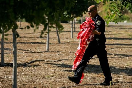 שוטר בזירת מותו של אפרים ברכה, 5.7.15 (צילום: יונתן זינדל)