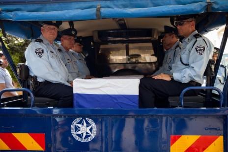 שוטרים עם ארונו של אפרים ברכה, לפני הלווייתו. מודיעין, 5.7.15 (צילום: מרים אלסטר)