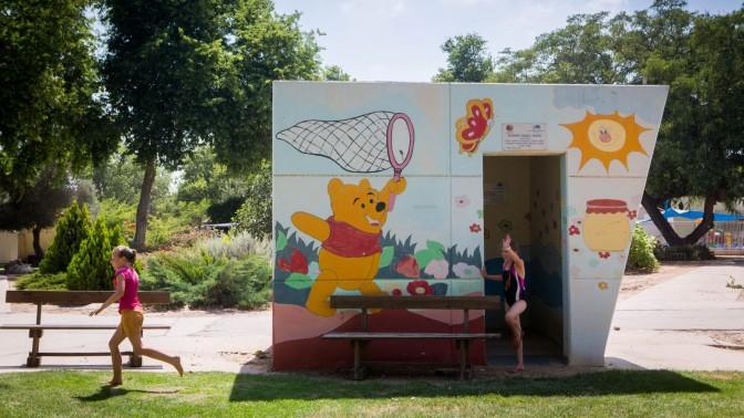 ילדות משחקות בקיבוץ נחל-עוז, השבוע (צילום: מרים אלסטר)