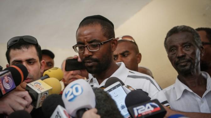 בני משפחתו של אברה מנגיסטו משוחחים עם התקשורת, 9.7.15 (צילום: מרים אלסטר)