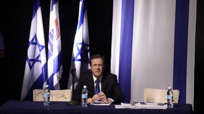 יצחק הרצוג בוועידת מפלגת העבודה. תל-אביב, 19.7.15 (צילום: תומר נויברג)
