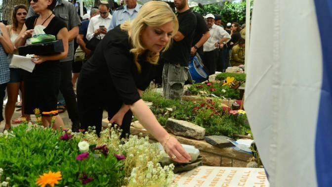 """רעיית ראש הממשלה שרה נתניהו מניחה אבן על קברו של חלל צה""""ל בבית הקברות הצבאי בהר הרצל, ירושלים, היום (צילום: קובי גדעון, לע""""מ)"""