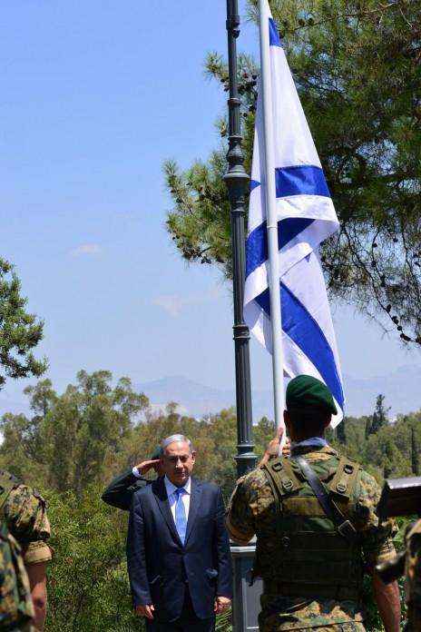 """ראש ממשלת ישראל בנימין נתניהו עומד מול חייל קפריסאי. ניקוסיה, שלשום (צילום: קובי גדעון, לע""""מ)"""