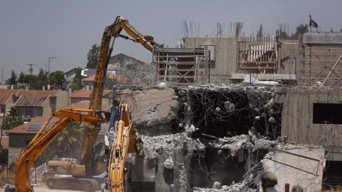 """כוחות הביטחון הורסים בתי יהודים בבית-אל בעקבות החלטת בג""""ץ כי הבנייה בלתי חוקית, 29.7.15 (צילום: יונתן זינדל)"""