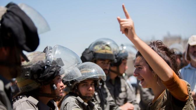 """שוטרות מג""""ב מול מפגינה נגד הריסת בתים. בית-אל, 29.7.15 (צילום: יונתן זינדל)"""