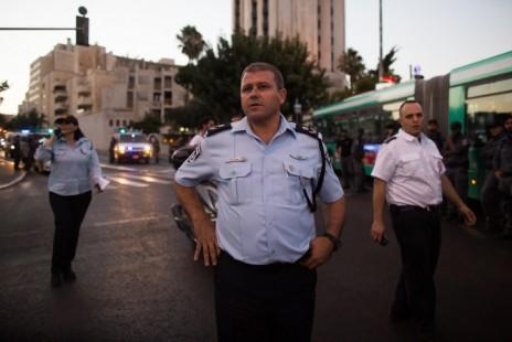 מפקד מחוז ירושלים משה אדרי  בזירת הדקירה במצעד הגאווה בירושלים, 30.7.15 (צילום: יונתן זינדל)