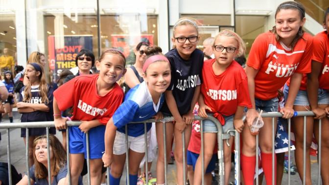 """אוהדות נבחרת הנשים של ארה""""ב במצעד בברודווי לאחר הניצחון במונדיאל. ניו-יורק, 11.6.15"""