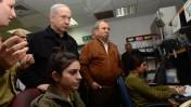 """בנימין נתניהו ואהוד ברק במהלך ביקור במתקן צבאי סמוך לגבול עם עזה, 16.1.13 (צילום: קובי גדעון, לע""""מ)"""
