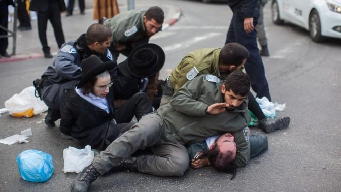 שוטרים מפזרים הפגנה. ירושלים, 2015 (צילום: יונתן זינדל)