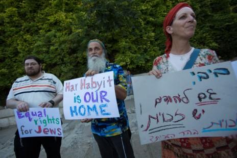מפגינים מול הר-הבית בירושלים המוחים נגד סגירתו בפני יהודים במהלך חודש הרמדאן, 14.6.14 (צילום: יונתן זינדל)