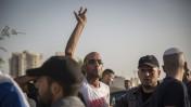 מפגינים ישראלים ופלסטינים ליד בית החולים ברזילי באשקלון, היכן שמאושפז העציר שובת הרעב מוחמד עלאן, 16.8.15 (צילום: הדס פרוש)