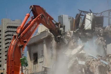 הריסת בניין ברח' פין 1, באזור התחנה המרכזית הישנה בתל-אביב, 17.8.15 (צילום: פלאש 90)