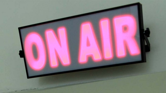 """שלט """"בשידור חי"""" בתחנת רדיו (צילום: פלאש 90)"""