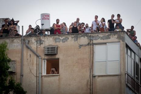 ישראלים צופים בפיצוץ גשר מעריב. תל-אביב, 21.8.15 (צילום: מרים אלסטר)