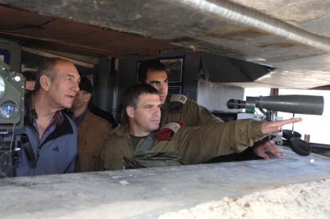 """גל הירש עם ראש הממשלה לשעבר אהוד אולמרט בגבול הצפון ב-2006, לאחר סיום מלחמת לבנון השנייה (צילום: משה מילנר, לע""""מ)"""