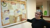 """הצנזורית הראשית היוצאת, תא""""ל סימה וואקנין-גיל, ליד כרזה במשרדי הצנזורה הצבאית, 17.8.15 (צילום: אורן פרסיקו)"""