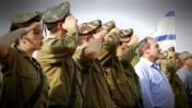 נשיא הקרן לידידות, הרב יחיאל אקשטיין, מצטלם עם חיילים (צילום מסך מתוך סרטון ששולב במשדר ההצדעה)