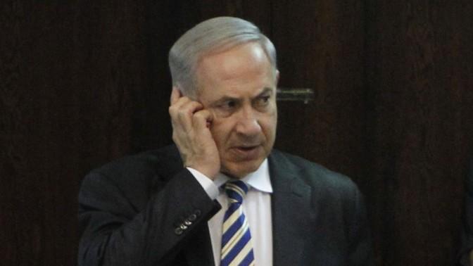 ראש ממשלת ישראל, בנימין נתניהו, משוחח בטלפון סלולרי במליאת הכנסת. 5.7.13 (צילום: מרים אלסטר)