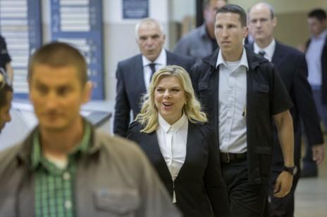 שרה נתניהו מגיעה לבית-הדין האזורי לעבודה בירושלים, לדיון בתביעתו של מני נפתלי. 10.5.15 (צילום: יונתן זינדל)