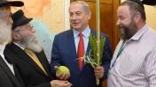 """ראש הממשלה בנימין נתניהו אוחז בארבעת המינים שקיבל מחסידי חב""""ד, 24.9.15 (צילום: עמוס בן גרשום, לע""""מ)"""